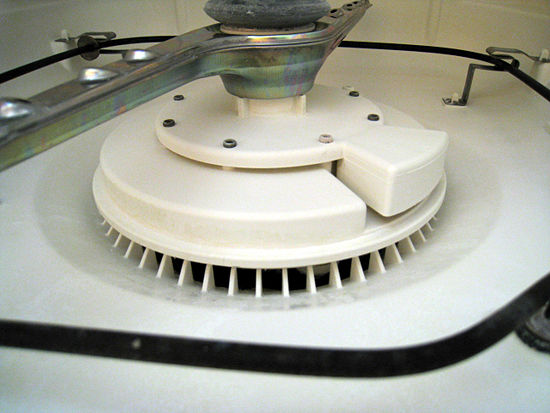 Прочистка нижней части посудомоечной машины